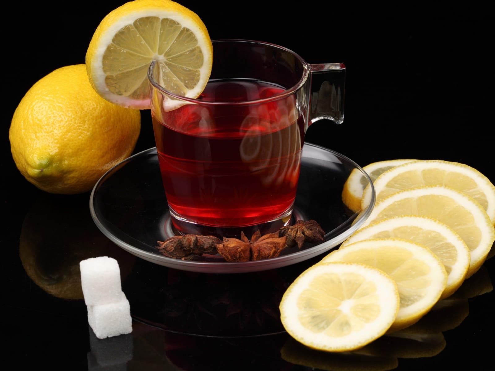 Лимон и сахар в черный чай