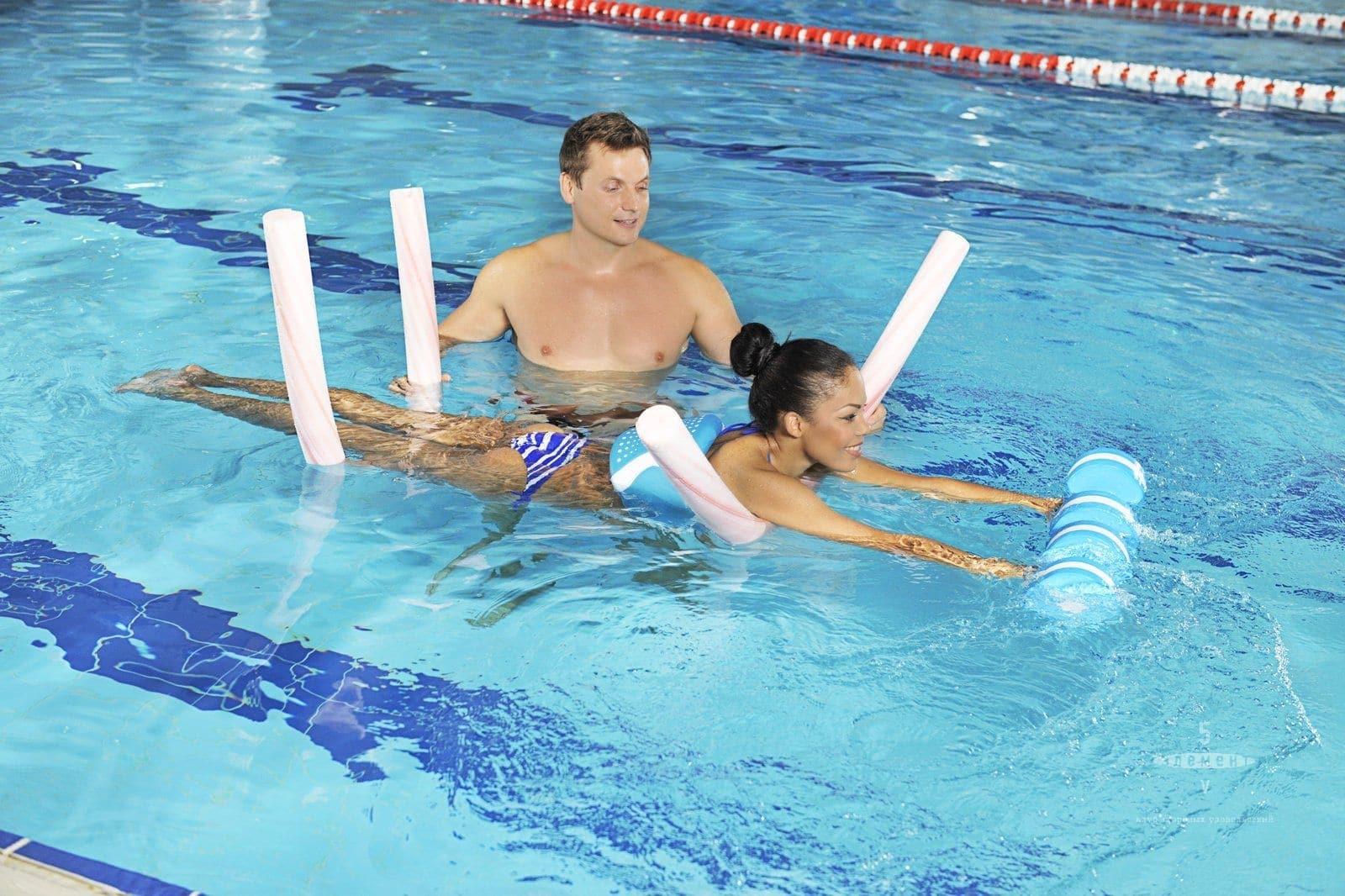 Упражнения в бассейне с тренером