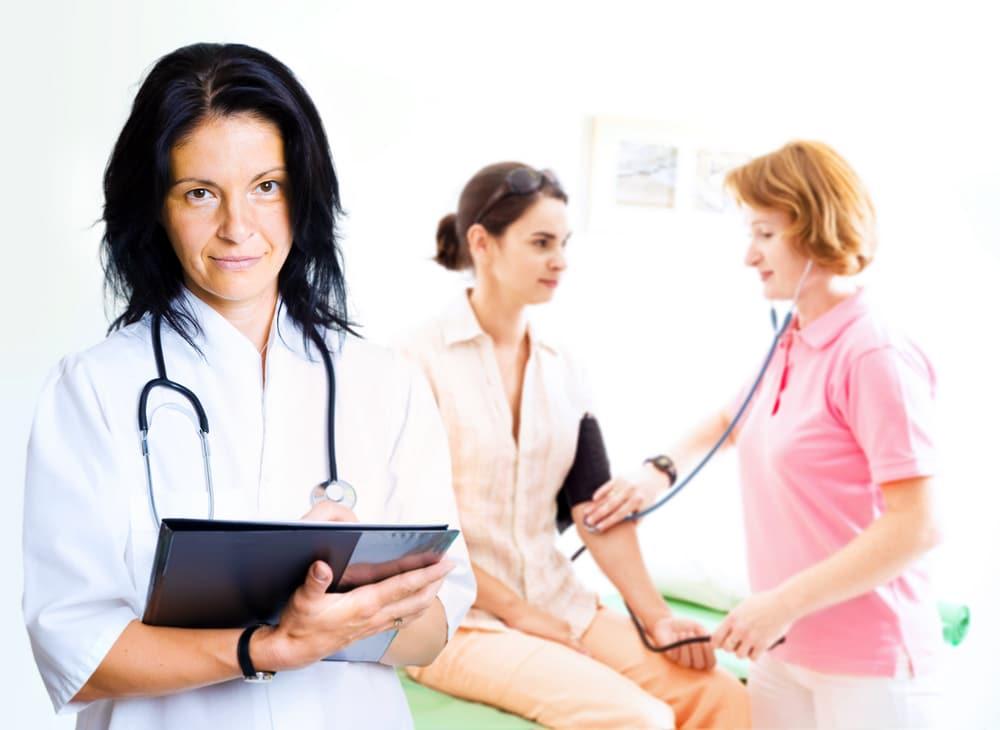 Терапевт лечит давление